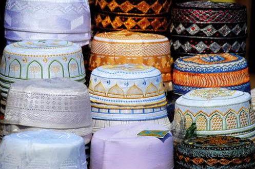 Những chiếc mũ đội đầu của người Hồi giáo bán trong chợ trời
