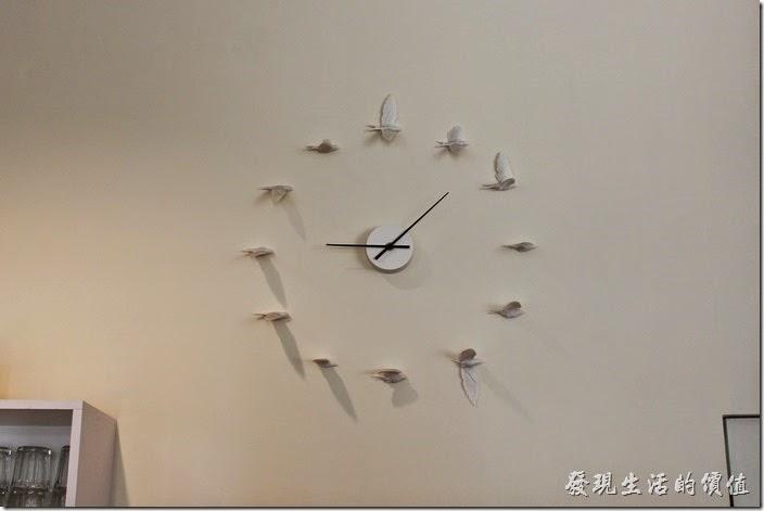 台南【看見咖啡】店內牆壁的時鐘,展翅高飛。