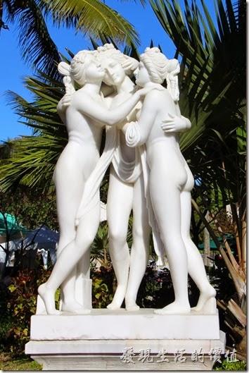 花蓮-理想大地渡假村。位於接待大廳與里拉西餐廳中間的三女神(雅典娜(Athinai)、赫拉(Hera)、阿芙羅黛蒂(Aphrodite))。希臘神話中相傳三位女神共聚一堂競美,最後由阿芙羅黛蒂(Aphrodite)贏得最美麗女神的封號。