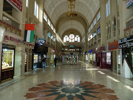 17. Interior Central Souq - Sharjah.JPG
