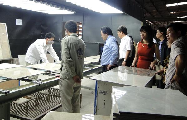 Lãnh đạo Tổng công ty Sông Hồng thăm các công nhân làm việc tại nhà máy gạch CMC