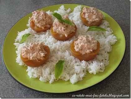 Salată de ton în piersici - servim cu orez basmati
