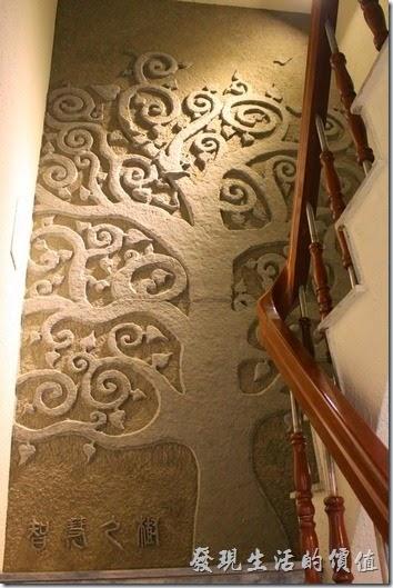 台南-L B_Coffee綠色咖啡廳。三樓到四樓樓梯間的牆壁上有「智慧之樹」藝術作品。