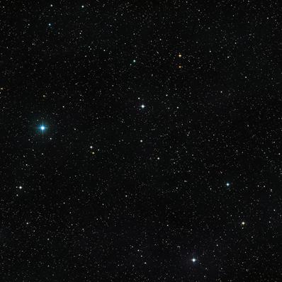 estrela dupla incomum V471 Tauri no centro da imagem