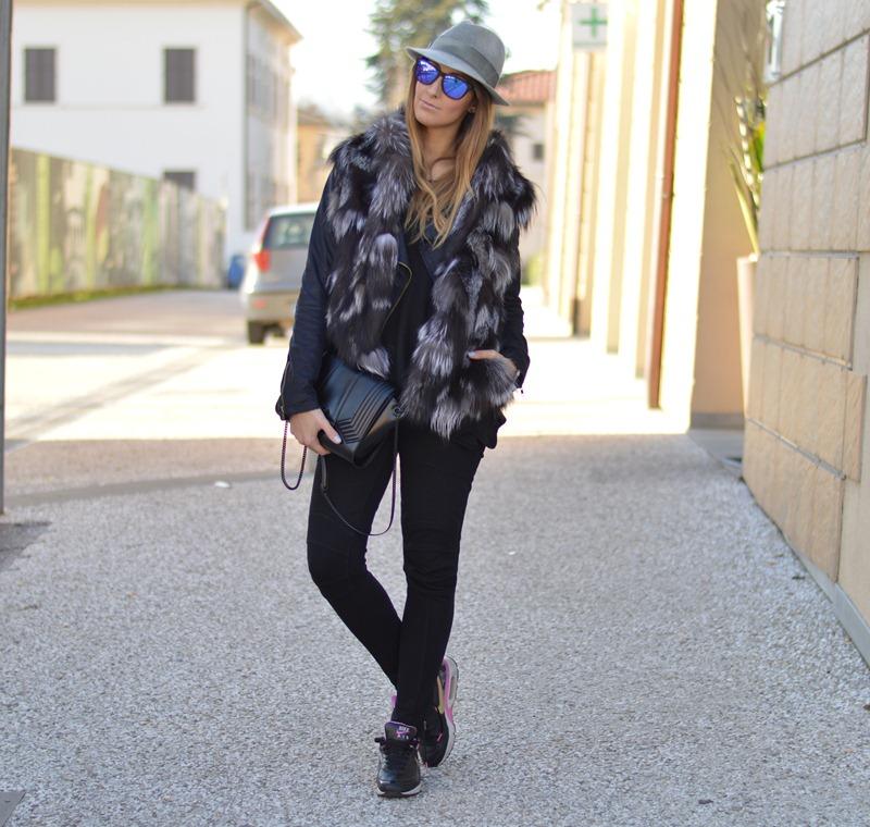 Daily outfit, Italian fashion, Italian fashion blogger, fashion blog, fashion blogger, black & gary, outfit nero e grigio, fur vest, furry vest, Zara, Zara Bag, Nike, Nike sneakers