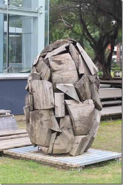 台南-成大裝置藝術。這個也算藝術?應該吧!可以把廢棄的木頭疊成這個樣子也真不簡單,而且還有可做出圓弧的線條。