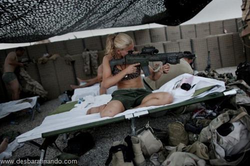 gatas armadas mulheres lindas com armas sexys sensuais desbaratinando (16)