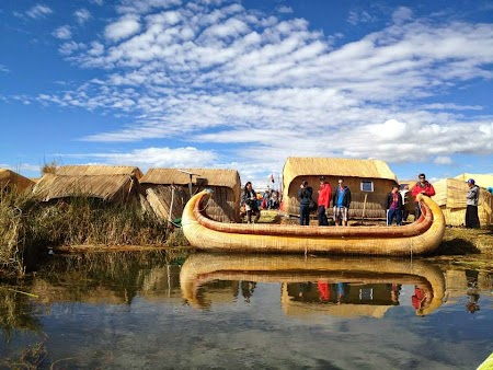 Barca de trestie Uros pe lacul Titicaca