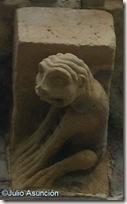 Monstruo sentado como un humano - Santa María del Campo