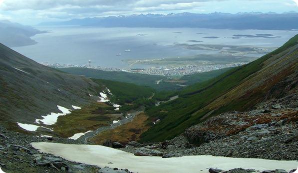 Vista da cidade de Ushuaia e do Canal de Beagle desde o Glaciar Martial
