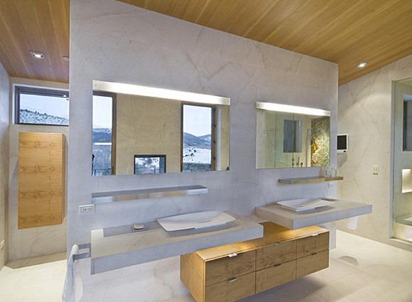 Iluminacion Baño Led:La iluminación LED tira por encima de los lavabos en un cuarto de