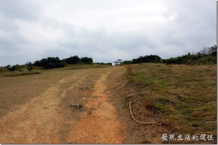 現在的旭海大草原,大概就整剩下這一片還看得到平坦的地面了,上面還蓋起了建築物,真的有點突兀。