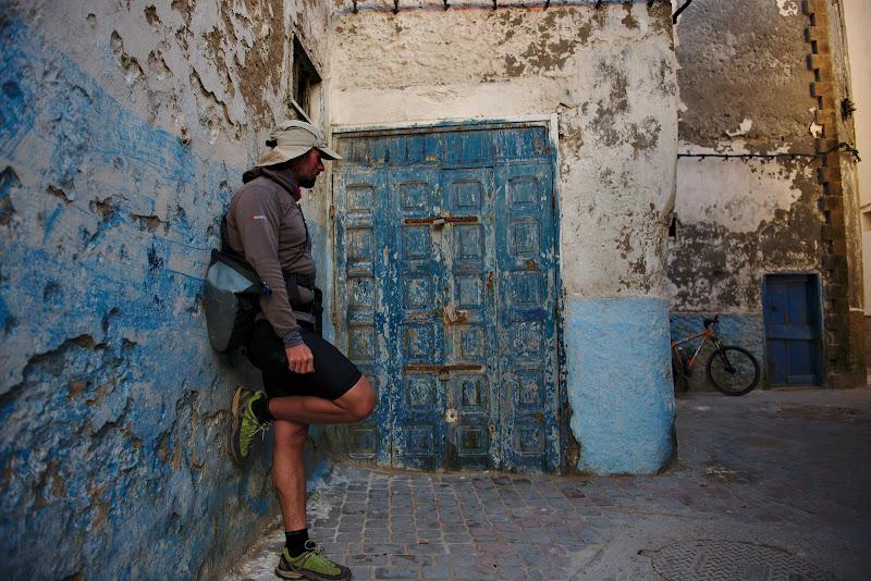 Omul, bicicleta si portile.