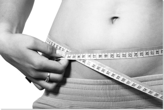 woman measuring belly