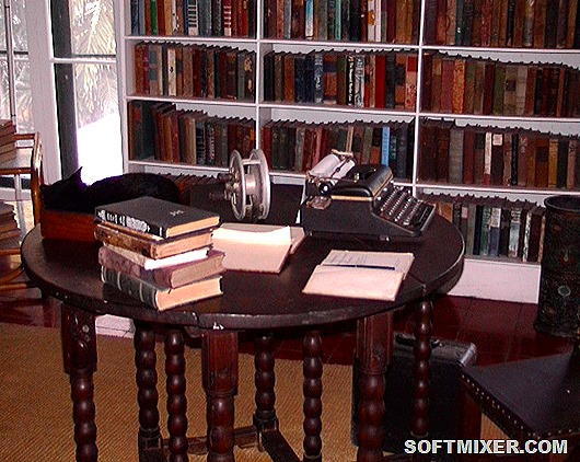 Hemingway's_writing_desk_in_Key_West