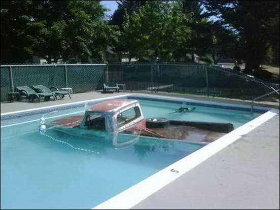Car_In_Swiming_Pool_04