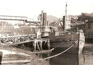 Gánguil GOBELA, cargando escombro de las excavaciones del Canal de Deusto. Foto cedida por Juan M. Rekalde.bmp
