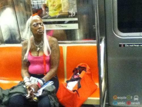 pessoas bizarras em metrô (11)