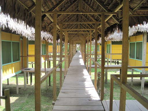 Huts and covered walkways at Cumaceba Lodge