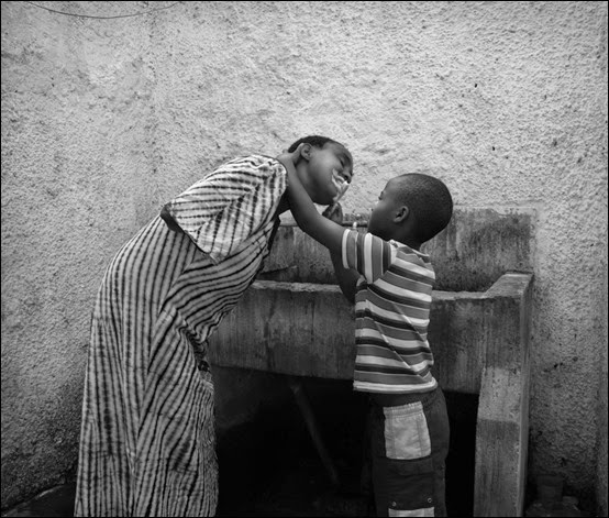 mulher sem braços ajudado pelo filho a lavar os dentes
