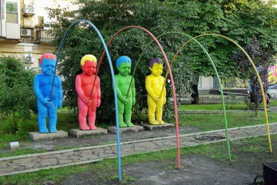 Tribute-To-Peeing-Statues-97