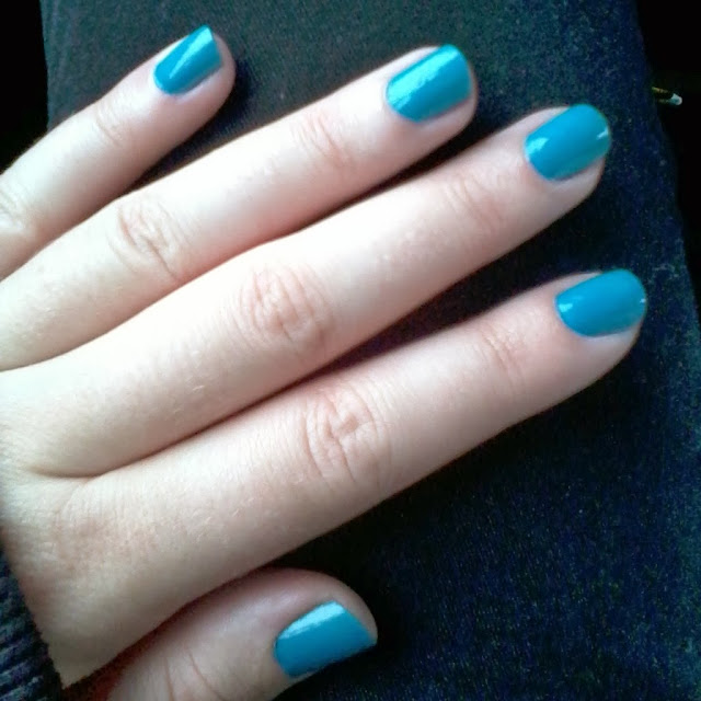 maybelline new york color show nail polish in 370 shocking seas - beauty blogger hand model raivyn dk