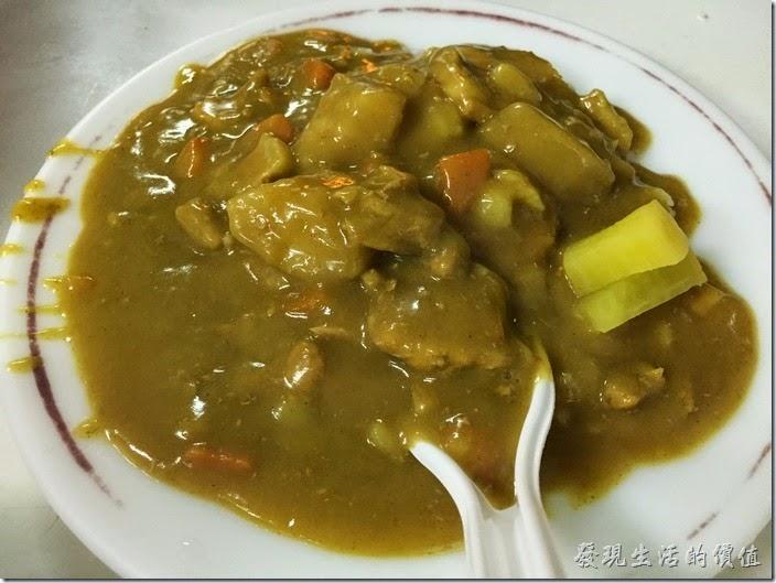 台南-上富小吃店-咖哩飯。咖哩飯,NT$65。這咖哩飯裡頭用的是豬肉咖哩飯,也是蠻台式的咖哩飯,也是燒一整鍋,有人點就舀一些淋在米飯上可以以上桌了,然後旁邊放上兩塊醃蘿蔔,個人喜歡這咖哩飯,看來的客人十個有五個以上都點這種咖哩燴飯,而且一盤才65元,相當便宜呢!