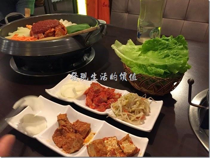 今年的台北真的好冷,走在街頭上到處都是麻辣火鍋的味道,不過我們今天要吃的卻不是麻辣火鍋,而是韓國料理的「部隊鍋」(小辣)。因為好久沒有聚餐了,天氣又冷,於是就選了這間網路上評價還不錯位於台北市大安區的【紅通通】平價韓國料理。