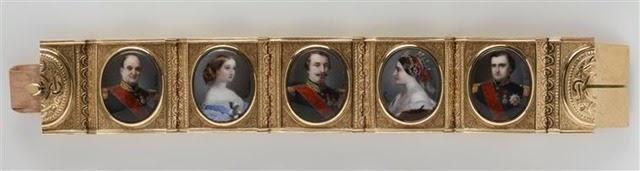Brazalete de Matilde Bonaparte en el que se pueden ver varios de los rostros de los miembros de la familia Imperial. de izquierda a derecha