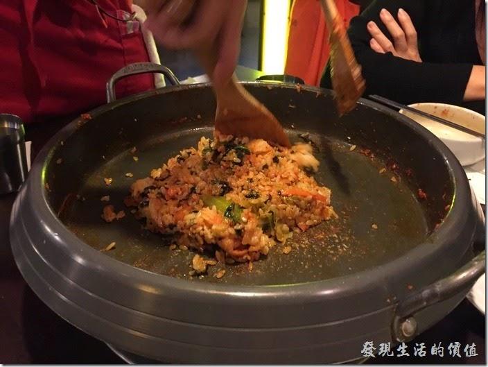台北-紅通通韓國平價料理。辣雞吃完後,服務生會再過來把米飯及海苔倒入鍋子中,與先前放到一旁已經炒好的蔬菜再一起拌炒,作成最後的炒拌飯。