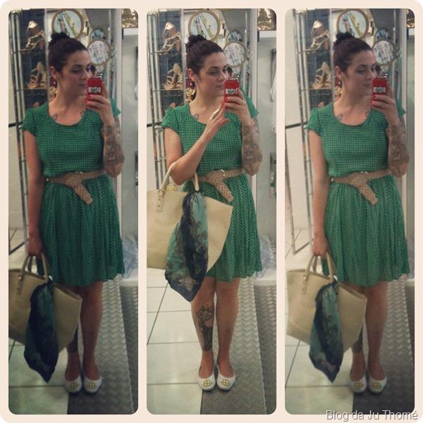 look vestido verde de poá, sapatilha branca, maxi bolsa e lenço estampado