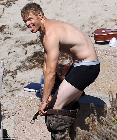 Kellan-Lutz-sighting-for-a-photo-shoot-in-Malibu-Beach-01