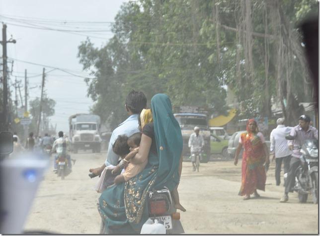 route gwailor orchha 010 petite famille sur scooter