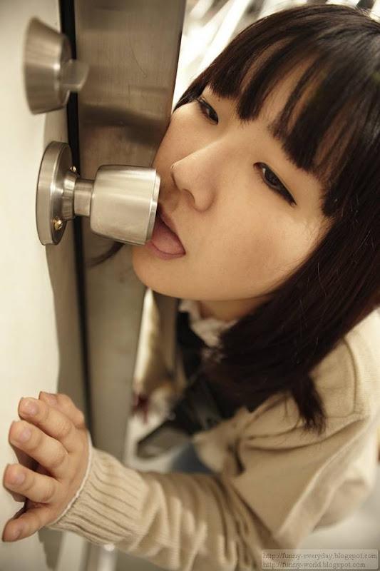 舔門把的女孩 (4)