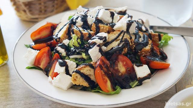 """Τελεια σαλατα με ξινοτυρι και κρεμα βασλαμικο στη ταβέρνα """"Συριανή Κουζίνα"""""""