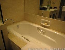 深圳寶利來國際大酒店,浴室內除了淋浴間之外,還有一個浴缸;另外還備有時尚感的體重計。