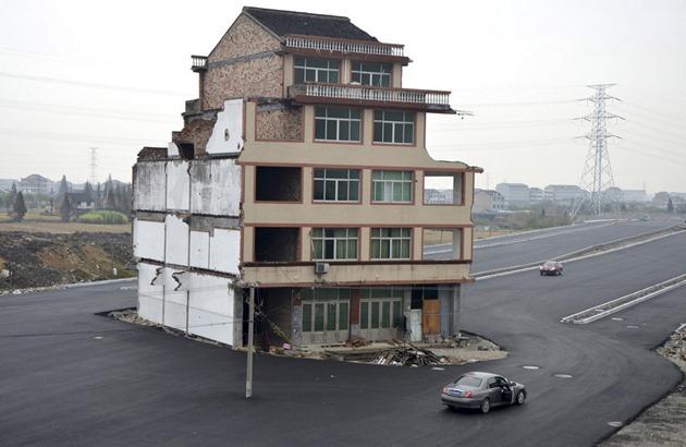 منزل وسط الطريق