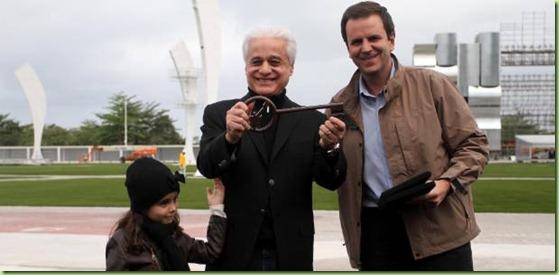 roberto-medina-idealizador-do-rock-in-rio-recebe-a-chave-da-cidade-do-rock-do-prefeito-eduardo-paes-292011-1314996448341_615x300