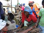 Des déplacés de Kiwanja achetant des vivres/Photo Jules Ngala