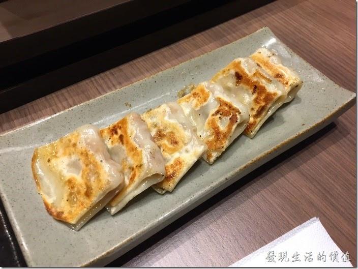 台北南港-樂麵屋。東京一口餃(6個),NT$60。真的是一口就可以吃一個,連小朋友都可以一口一個,豬肉內餡<感覺還不錯,就是有點貴,一小口NT$10。