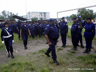 En avant plan, le gnral Jean de Dieu Oleko, inspecteur provincial (Kinshasa) de la Police nationale Congolaise, en parade au Camp Lufungula, ce 29/03/2011  Kinshasa. Radio Okapi/ Ph. John Bompengo