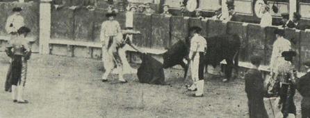 1913-10-19 Bombita descabellando a Cigarrón