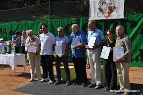 Foto di gruppo che racchiude i 75 anni di storia del tennis a Bovegno (1936 - 2011).