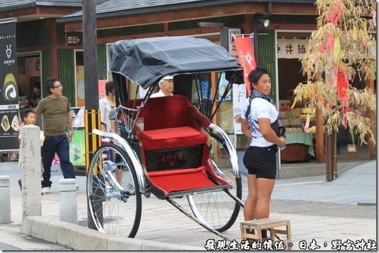 日本-野宮神社,這個拉三輪車的型男,結實的肌肉與翹屁股,難怪坐三輪車的清一色幾乎都是女性或小孩。
