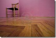 4420815-sedia-vuota-in-camera-con-parquet-e-pareti-rosa