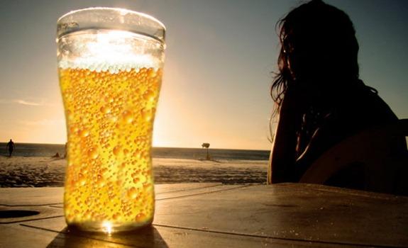 cerveja-mulher-sol