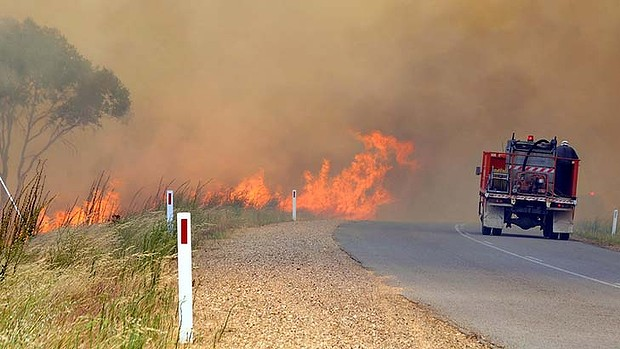 A fire truck near a bushfire in Australia, 8 January 2013. Les Smith / Sydney Morning Herald