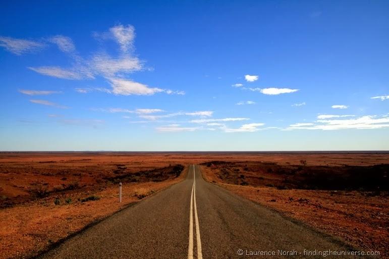 Klassische Aussicht während eines Road Trips im Outback  - Australien