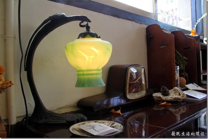 台南-鹿角枝老房子咖啡。一樓入口處的檯燈與名片,一旁還有個舊鬧鐘。