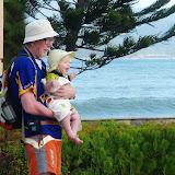 Farfar og Magne ved stranden. Magne griner af Silje der fjoller.